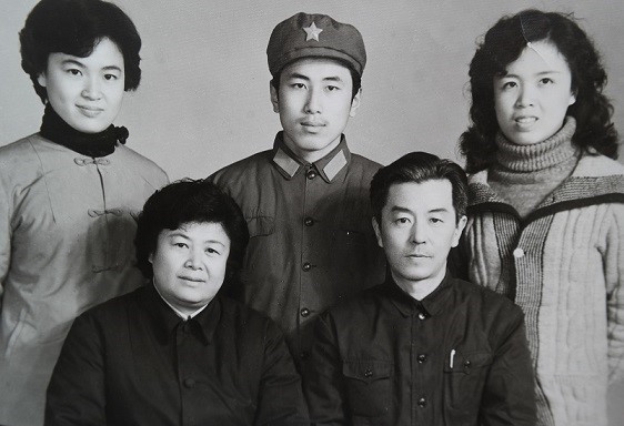 Shi Yan, rear center, and his family